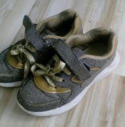 Легкие кроссовки для девочки