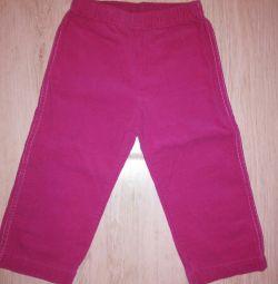 Pantaloni pe o fată