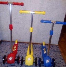 Scuter nou 3 Scooter. Culoarea disponibilă este albastru, galben