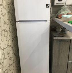 Voi vinde urgent un frigider