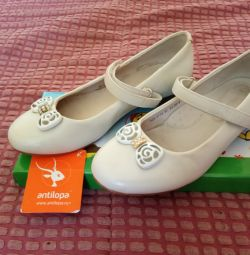Туфлі для дівчинки.