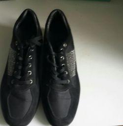 Кросівки.