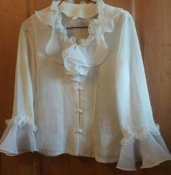 Біла повітряна блуза
