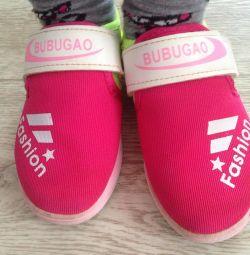 Кросівки розмір 32.