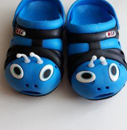 Papuci cu gândacuri pentru plajă.