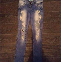 Рваные джинсы, джинсы с дырками.