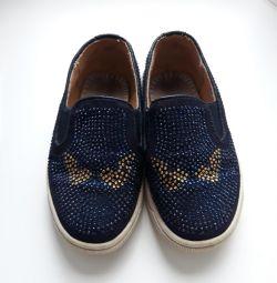 Shoes, moccasins, loffery slipon on the girl