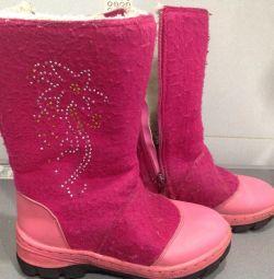 Νιώθεις χειμωνιάτικες μπότες για ένα κορίτσι.