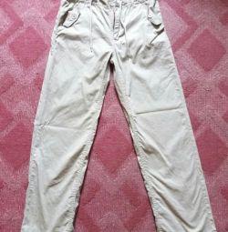 Βαμβακερά παντελόνια σε ένα αγόρι
