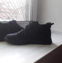 Winter boots for men. 42. all natural.