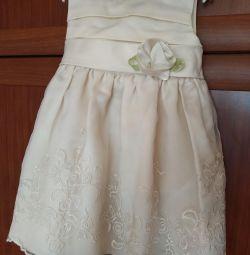 Küçük bir prenses üzerinde bayramlık elbise 🧚