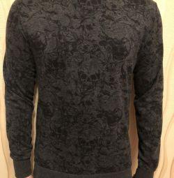 Pulover de culoare gri cu cranii negre