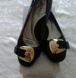 Lacquered black shoes new