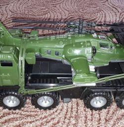Στρατιωτικό τρακτέρ με ελικόπτερο.