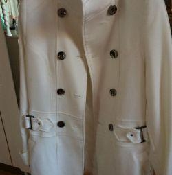 Το παλτό είναι λευκό. Μέγεθος 42-46