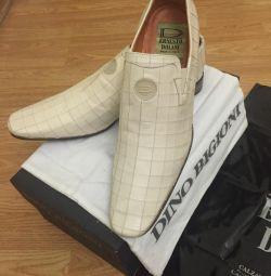 пара бежевих шкіряних туфель Dino Bigioni
