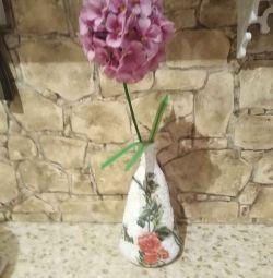 Όμορφο αγγείο με λουλούδια