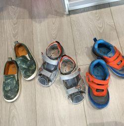 Pantofi pe un băiat