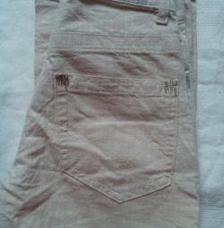 Pantaloni de lumină de vară pe băiat.