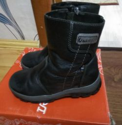 Winter shoes on a boy. 28 size