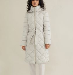 Ένα παλτό με κουκούλα και ζώνη.