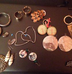 Bijuterii cercei, broșe, brățări, coliere.
