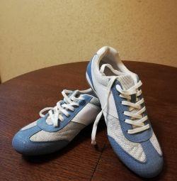 Pantofii adidași sunt noi, 39
