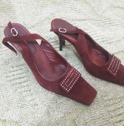 Pantofii sunt din piele de căprioară, în interiorul întregii piele naturală, dimensiunea 38
