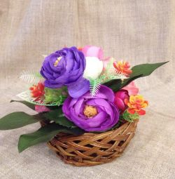 Aranjament de flori artificiale, coș, vază.