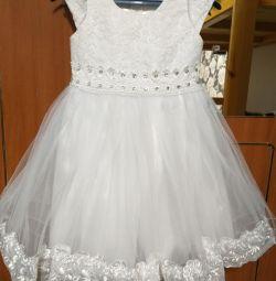 Rochia este albă elegantă