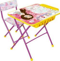 Ένα σύνολο παιδικών επίπλων (παιδικό γραφείο με μολυβοθήκη)