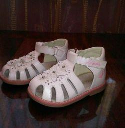 Παιδικά παπούτσια B. ταυτόχρονα