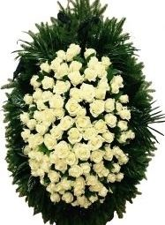 Coroane de doliu, ritual de flori proaspete.