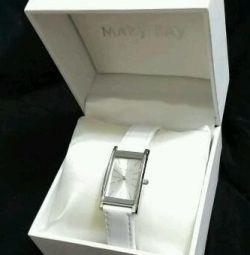 Ceasuri de lux cu curea din piele albă.