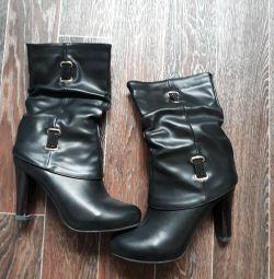 Jumătate de cizme sunt noi