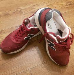 Кросівки в ідеальному стані