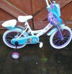 Kızlar dondurulmuş bisiklet