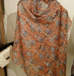 Το μαντήλι είναι θηλυκό πορτοκαλί με κουκουβάγιες.