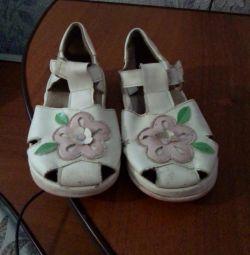 Kıza sandalet satacağım