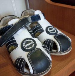 Sandale pentru un băiat de 25 de ani