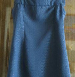 Φόρεμα με μια διαφανή ζακέτα σιφόν.