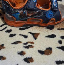 Sandale pentru un băiat de dimensiunea 27, pe branț 17-17,5cm