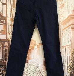Pantaloni pe un băiat