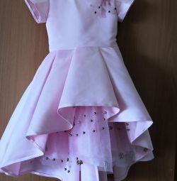 Κομψό φόρεμα με τραίνο
