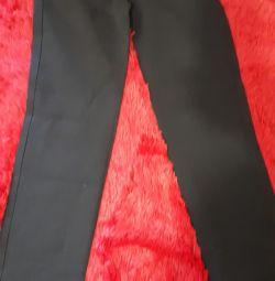 Pantaloni pe fată