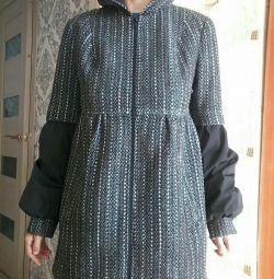 Light overcoat for pregnant women