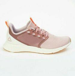 Yeni Reebok spor ayakkabılar.