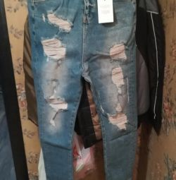 Blue skinny jeans with ripped trim