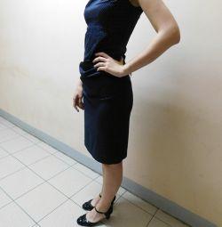 Темно-синее платье-футляр в деловом стиле