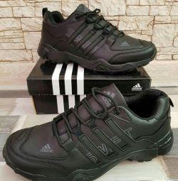 Pantofi ADIDAS disponibile la dimensiuni 44,45,46